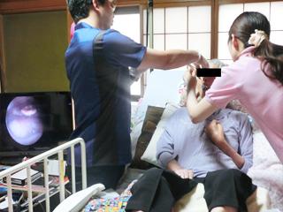 耳鼻科医と連携した嚥下往診(飲み込みの検査)の様子